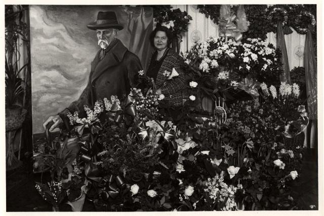 Aspazija vor einem Bild von Rainis, 1928 (gefunden auf http://www.aspazijarainis.lv/par/aspazija/)